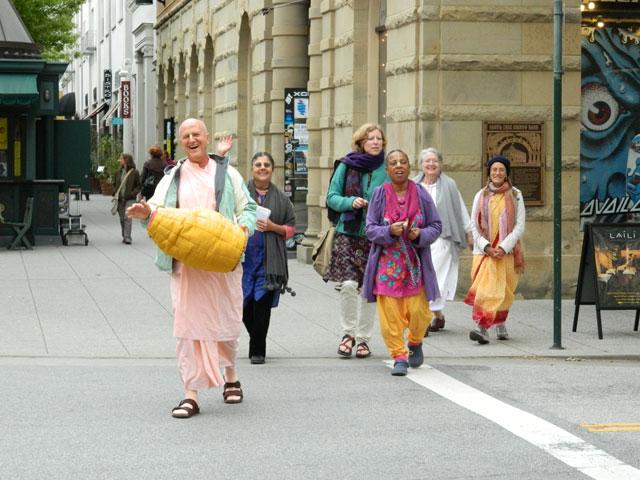 09 Nagarsankirtan in Santa Cruz with Ashram Maharaj