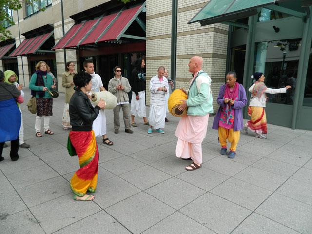 11 Nagarsankirtan in Santa Cruz with Ashram Maharaj