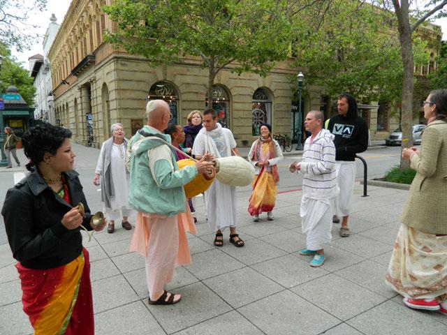 13 Nagarsankirtan in Santa Cruz with Ashram Maharaj