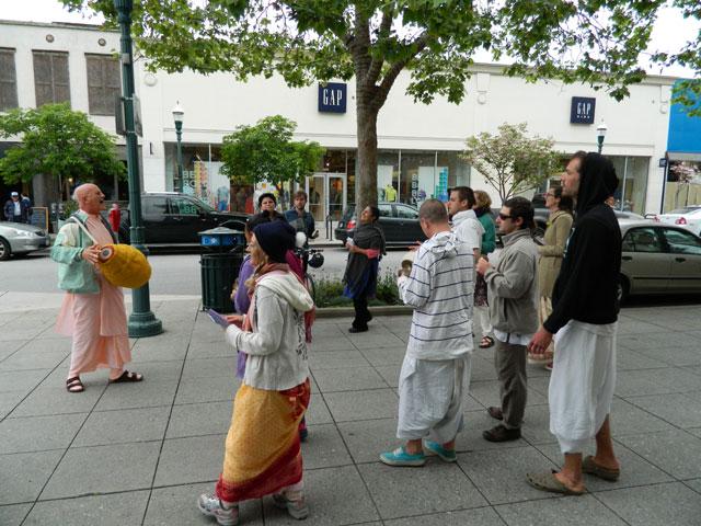 16 Nagarsankirtan in Santa Cruz with Ashram Maharaj