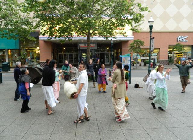 18 Nagarsankirtan in Santa Cruz with Ashram Maharaj