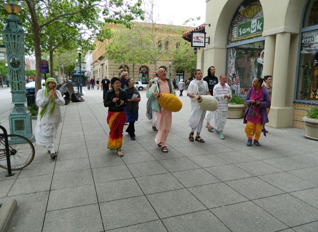 29 Nagarsankirtan in Santa Cruz with Ashram Maharaj
