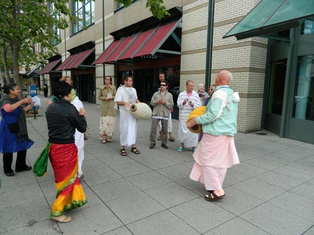 31 Nagarsankirtan in Santa Cruz with Ashram Maharaj