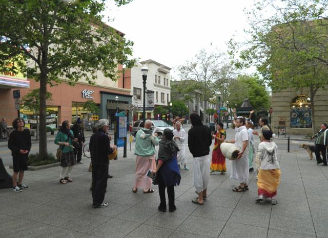 33 Nagarsankirtan in Santa Cruz with Ashram Maharaj