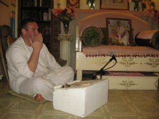 03 Vidura Krishna Prabhu imitates Yudhamanyu Prabhu's gesture