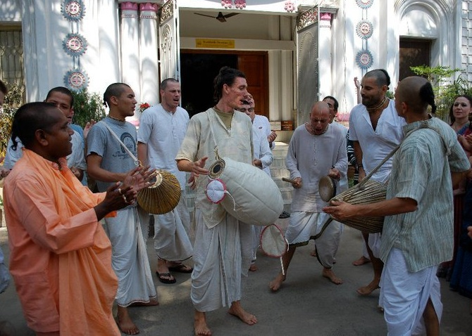 Srila Acharya Maharaj leads kirtan and Sadhu Priya Prabhu and other devotees play the Mridanga!