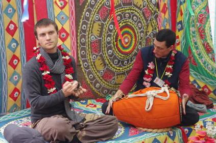 Manasa and Sadhu Priya doing kirtan